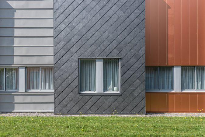 Combinaison de matériaux dans la façade de l'hôpital Valentin Vignard