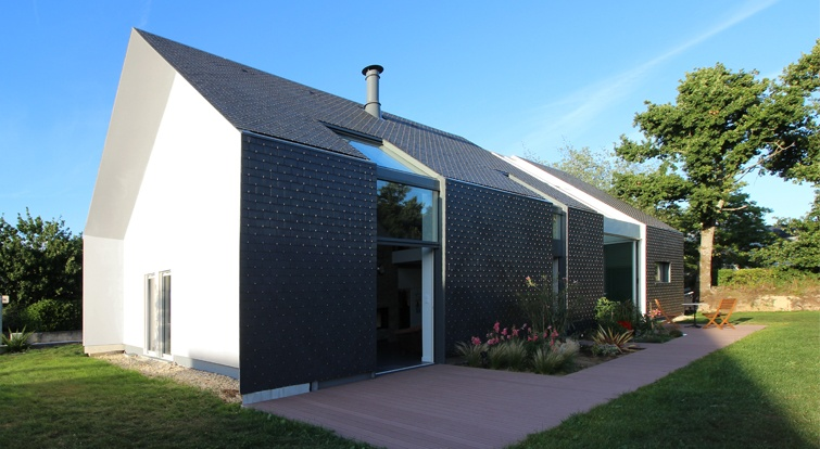 bioclimatic house with slate ventilated facades and roof, in Brittany