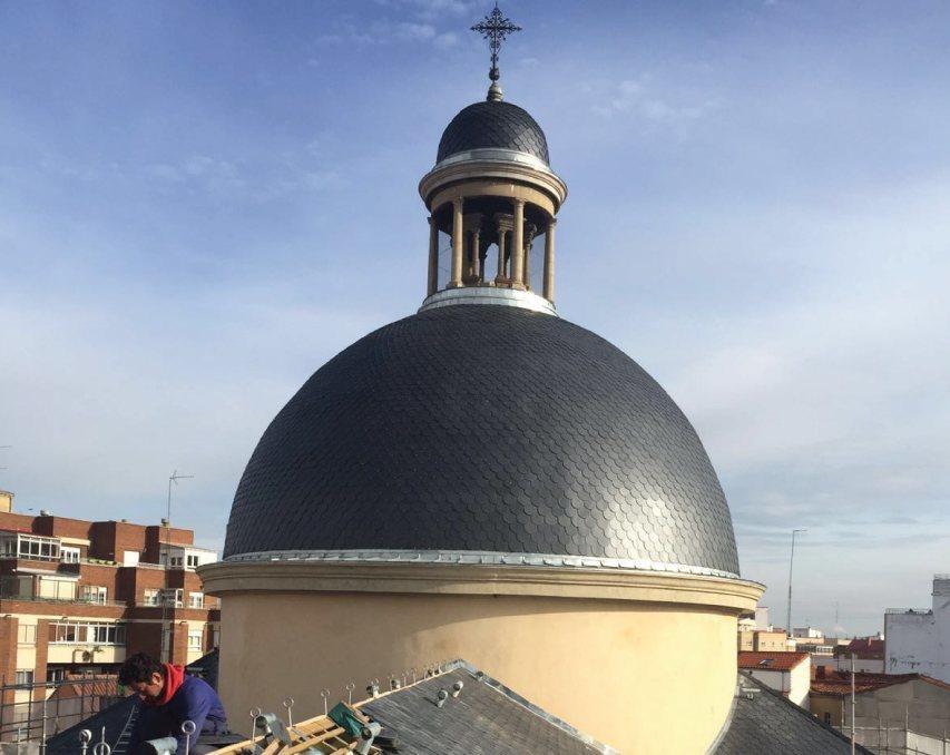 Cupula de la Iglesia de San Juan y San Pedro de Renueva con pizarra natural