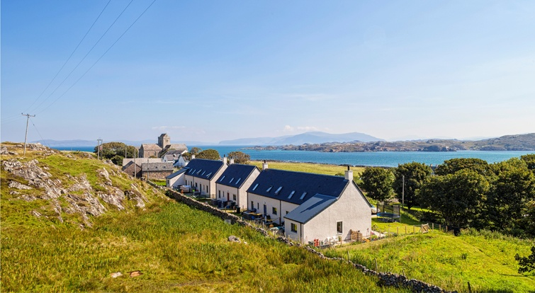 5 one-storey houses in Iona (Scotland) with spanish slate