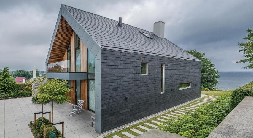 casa en dinamarca con una fachada ventilada