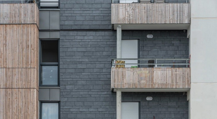 Quantiniere ardoise et bois facade