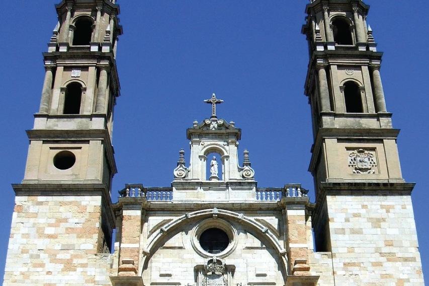 Fachadas de la Iglesia de San Juan y San Pedro de Renueva en Leon