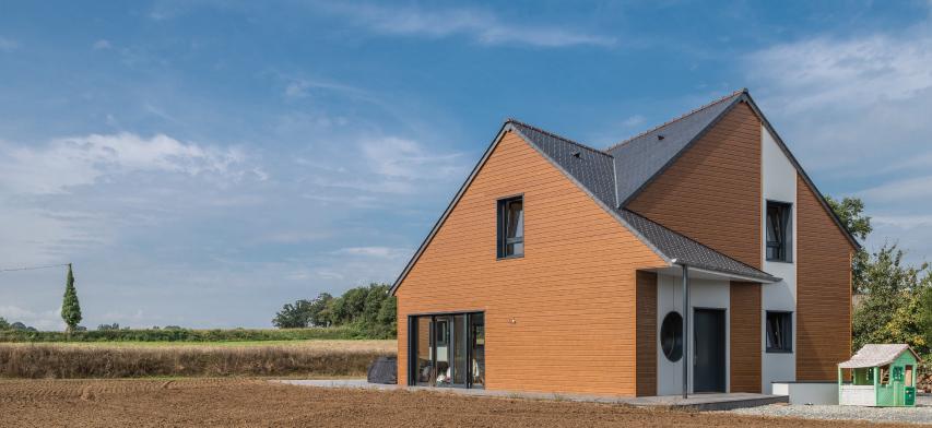 pizarra natural en un tejado de una casa en Francia