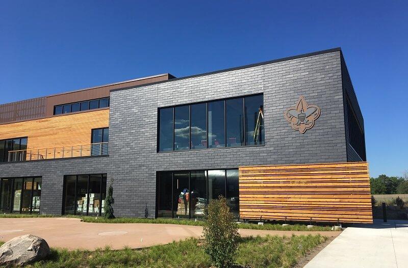 Système de façade ventilée en ardoise naturelle dans le centre des Boys Scouts BSA à Fort Snelling