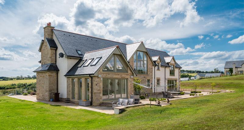 casa con tejado de pizarra natural