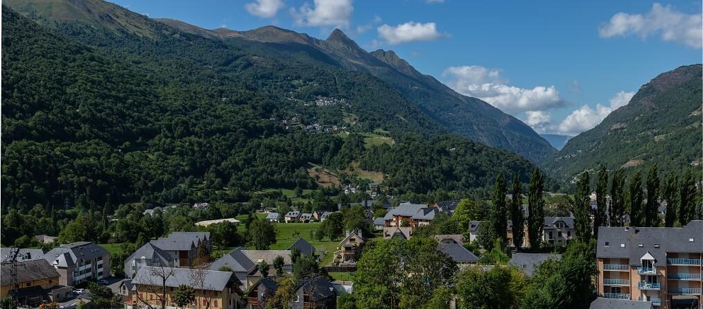 pueblo Francia rodeado de montañas