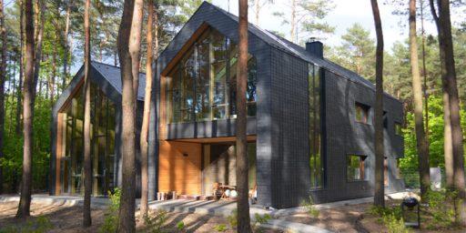 casa recubierta de pizarra en Magdalenka, Polonia
